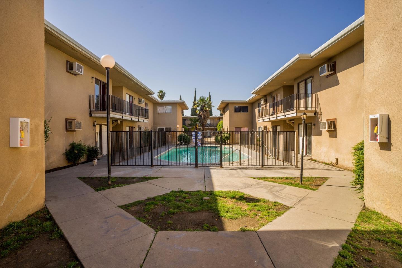 Многосемейный дом для того Продажа на 4040 E Dakota Avenue Fresno, Калифорния 93726 Соединенные Штаты