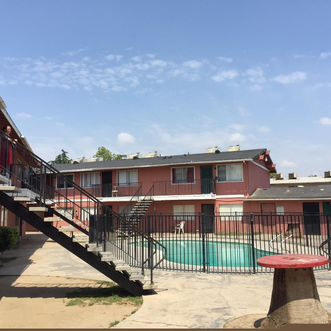 Maison avec plusieurs logements pour l Vente à 2690 N Weber Avenue Fresno, Californie 93705 États-Unis