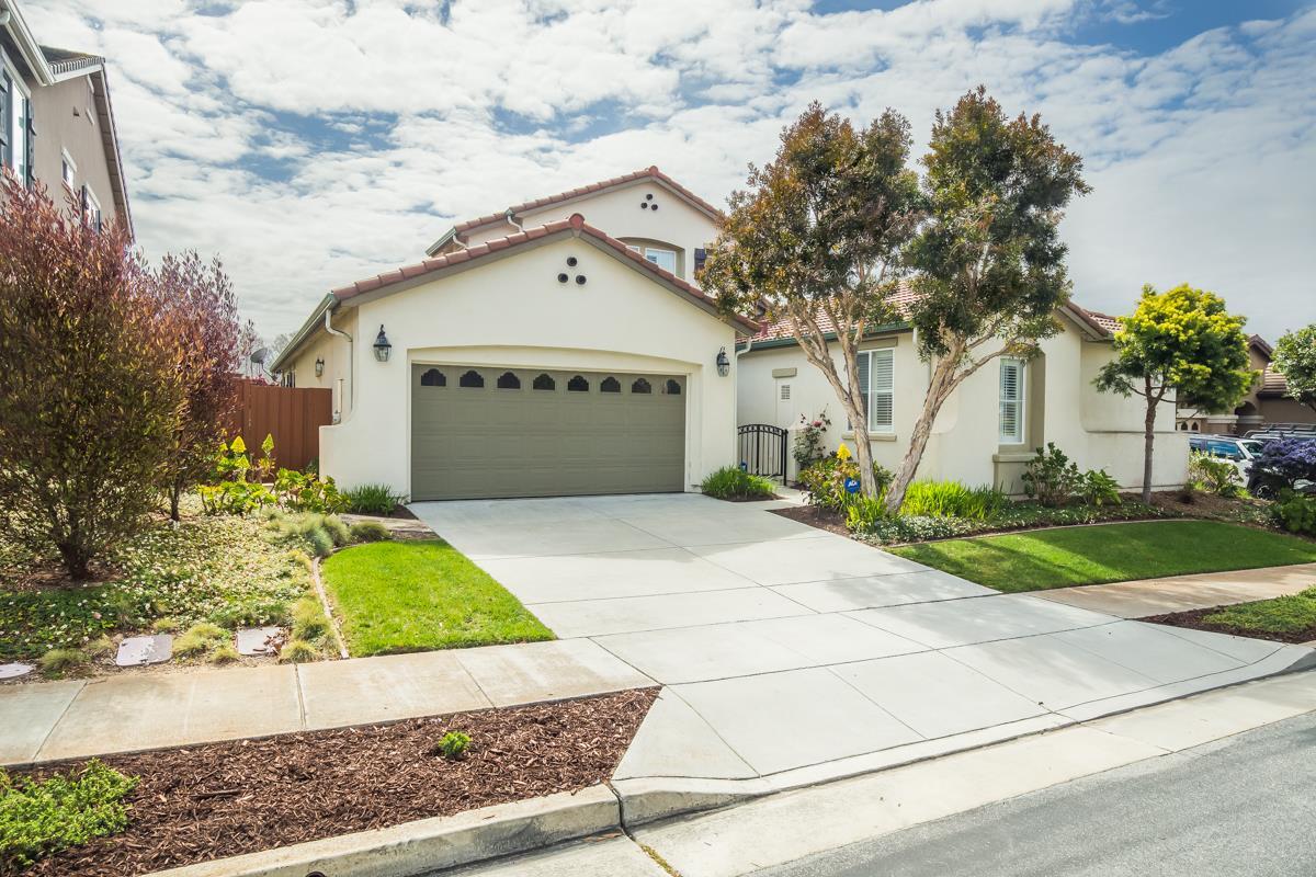 واحد منزل الأسرة للـ Sale في 5110 Ocean Bluff Court 5110 Ocean Bluff Court Seaside, California 93955 United States