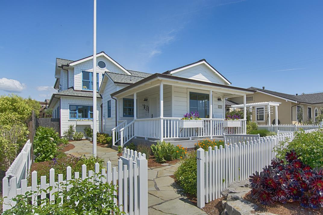 Maison unifamiliale pour l Vente à 114 Grand Avenue Capitola, Californie 95010 États-Unis