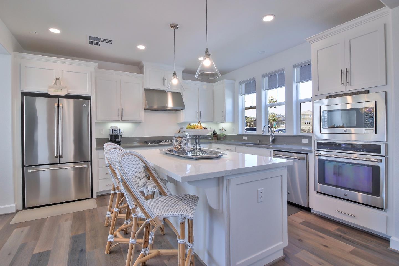 獨棟家庭住宅 為 出售 在 401 Bungalow Drive Marina, 加利福尼亞州 93933 美國