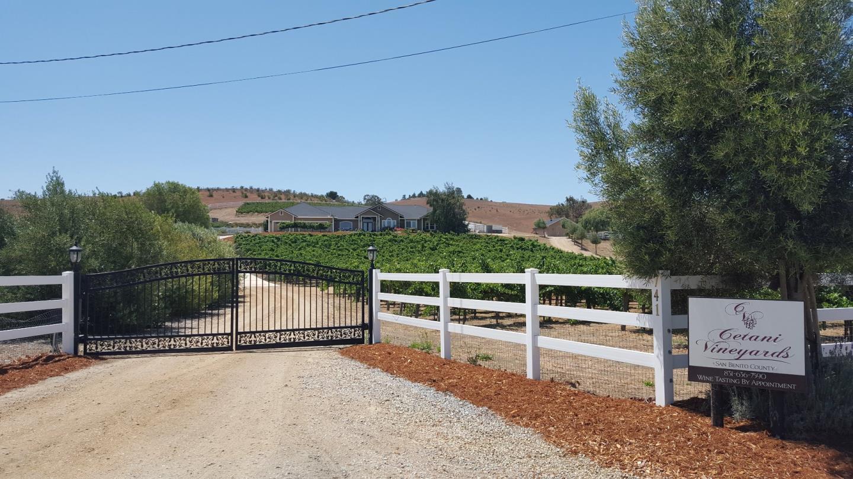 Частный односемейный дом для того Продажа на 741 Riverside Road 741 Riverside Road Hollister, Калифорния 95023 Соединенные Штаты