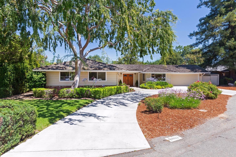 Частный односемейный дом для того Продажа на 20102 Chateau Drive Saratoga, Калифорния 95070 Соединенные Штаты