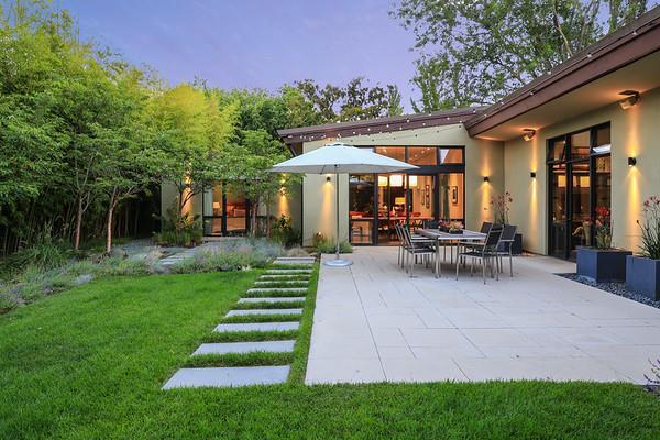 واحد منزل الأسرة للـ Sale في 1301 Hamilton Avenue Palo Alto, California 94301 United States