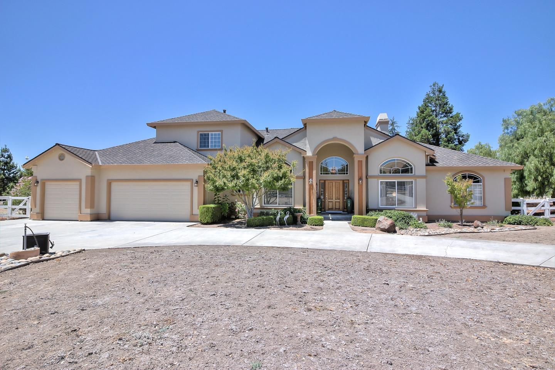 Частный односемейный дом для того Продажа на 800 Meadow Court Tres Pinos, Калифорния 95075 Соединенные Штаты