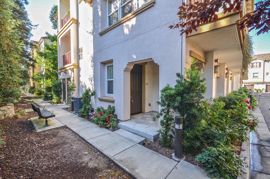 Maison accolée pour l Vente à 752 Grandview Terrace San Jose, Californie 95133 États-Unis