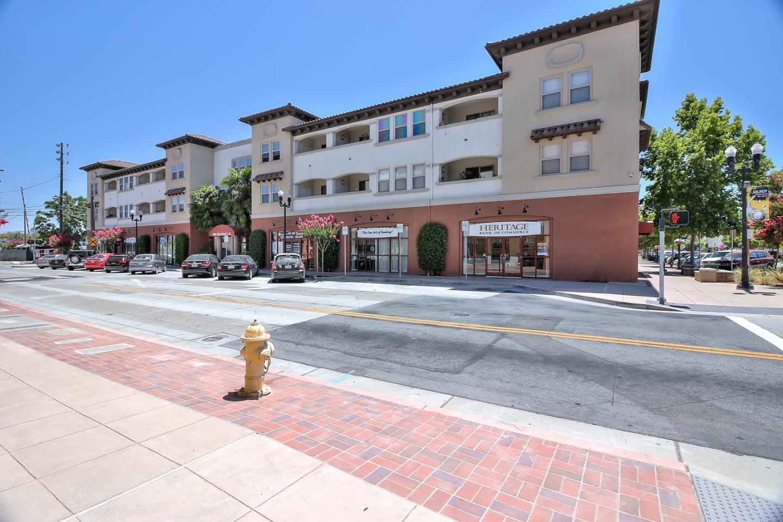 Appartement en copropriété pour l Vente à 7598 Monterey Street Gilroy, Californie 95020 États-Unis