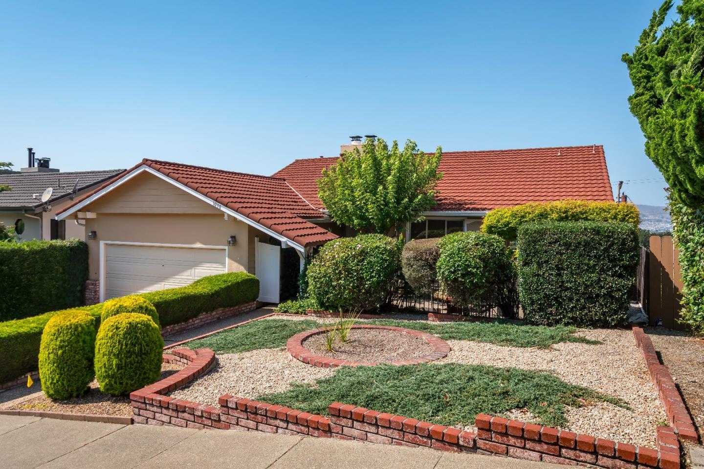 Maison unifamiliale pour l Vente à 1090 Ahwahnee Drive Millbrae, Californie 94030 États-Unis