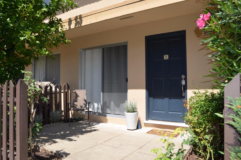 Maison accolée pour l Vente à 4062 Farm Hill Boulevard 4062 Farm Hill Boulevard Redwood City, Californie 94061 États-Unis