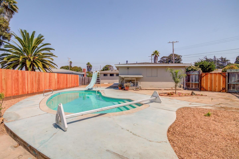 Частный односемейный дом для того Продажа на 945 Toro Court Seaside, Калифорния 93955 Соединенные Штаты
