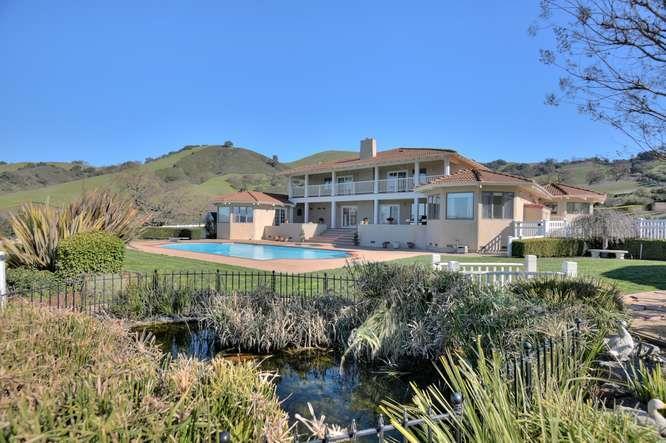 Maison unifamiliale pour l Vente à 2670 Paseo Robles Avenue 2670 Paseo Robles Avenue San Martin, Californie 95046 États-Unis