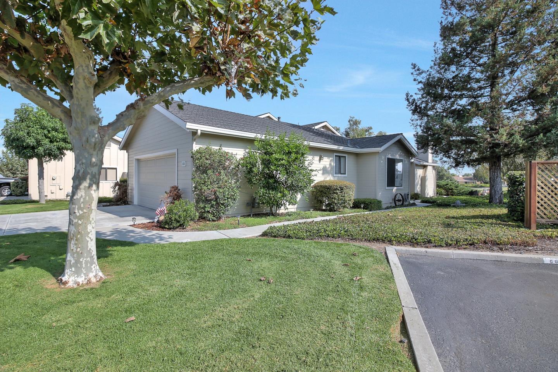 Таунхаус для того Продажа на 686 Duffin Drive Hollister, Калифорния 95023 Соединенные Штаты