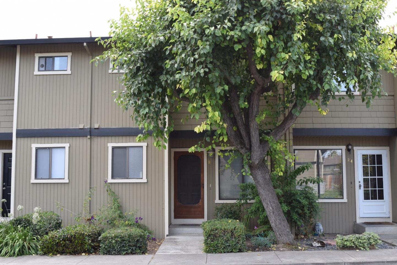 Таунхаус для того Продажа на 801 Nash Road Hollister, Калифорния 95023 Соединенные Штаты