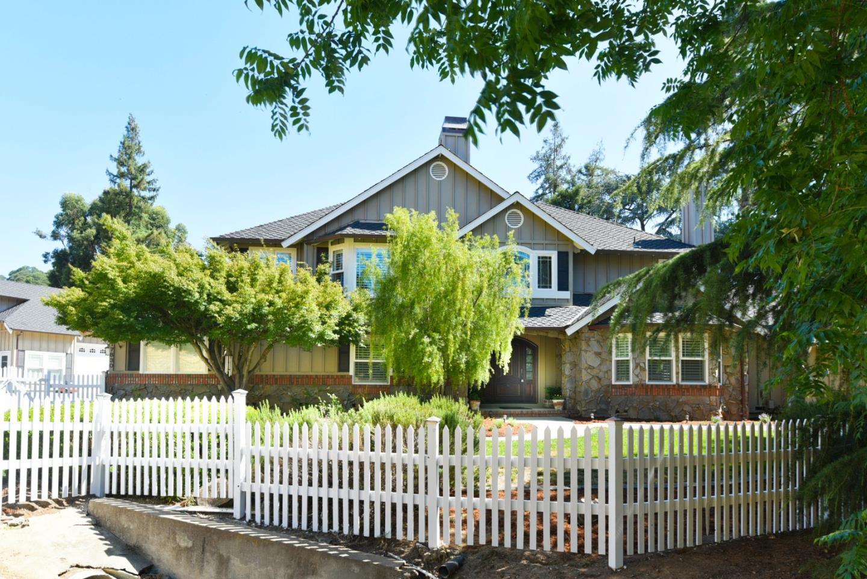 Частный односемейный дом для того Продажа на 17830 Woodland Avenue 17830 Woodland Avenue Morgan Hill, Калифорния 95037 Соединенные Штаты