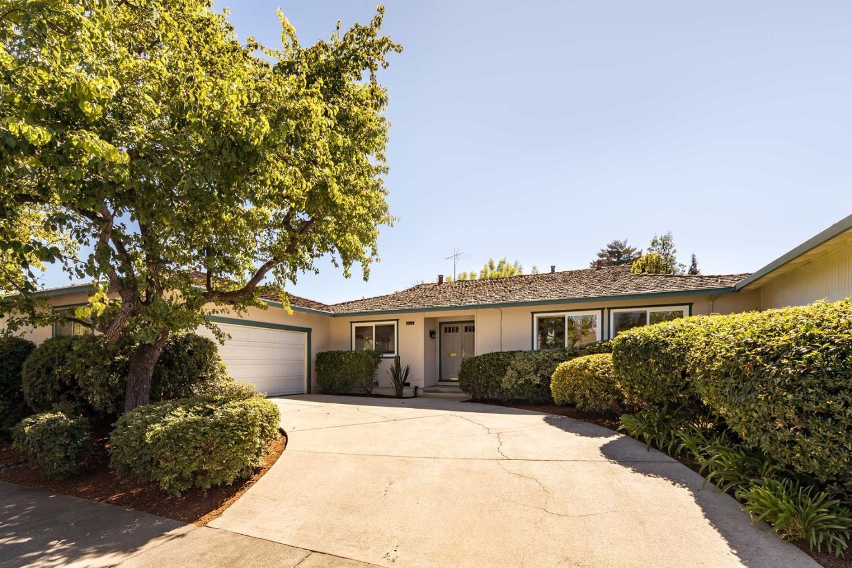 Частный односемейный дом для того Продажа на 1125 Blue Lake Square 1125 Blue Lake Square Mountain View, Калифорния 94040 Соединенные Штаты