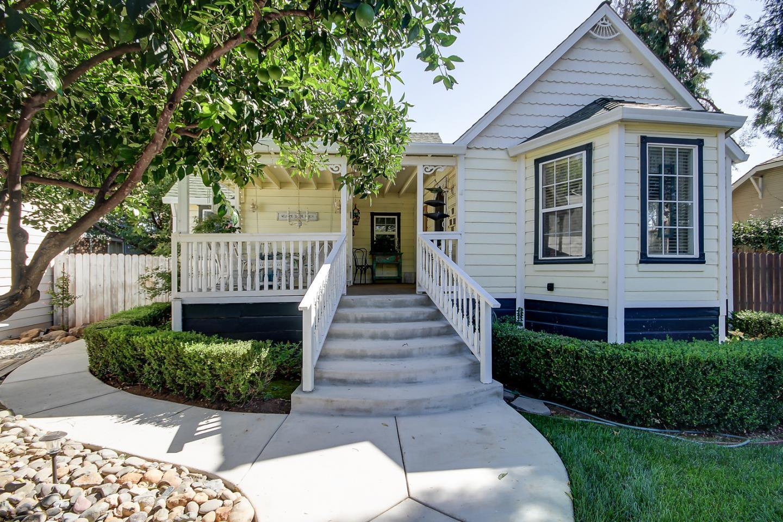 Частный односемейный дом для того Продажа на 811 Mormon Street 811 Mormon Street Folsom, Калифорния 95630 Соединенные Штаты