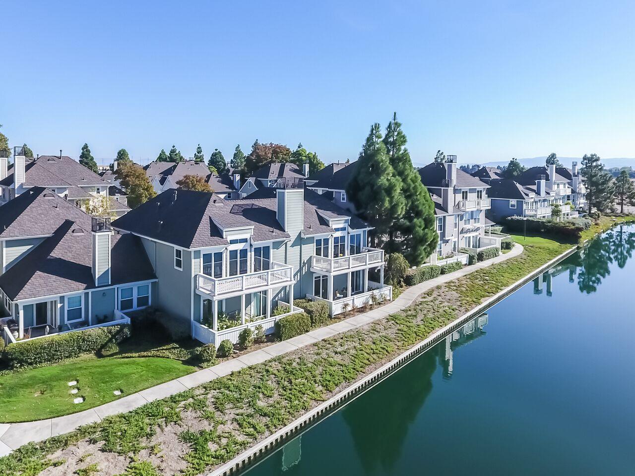 Maison accolée pour l Vente à 1020 Helm Lane 1020 Helm Lane Foster City, Californie 94404 États-Unis