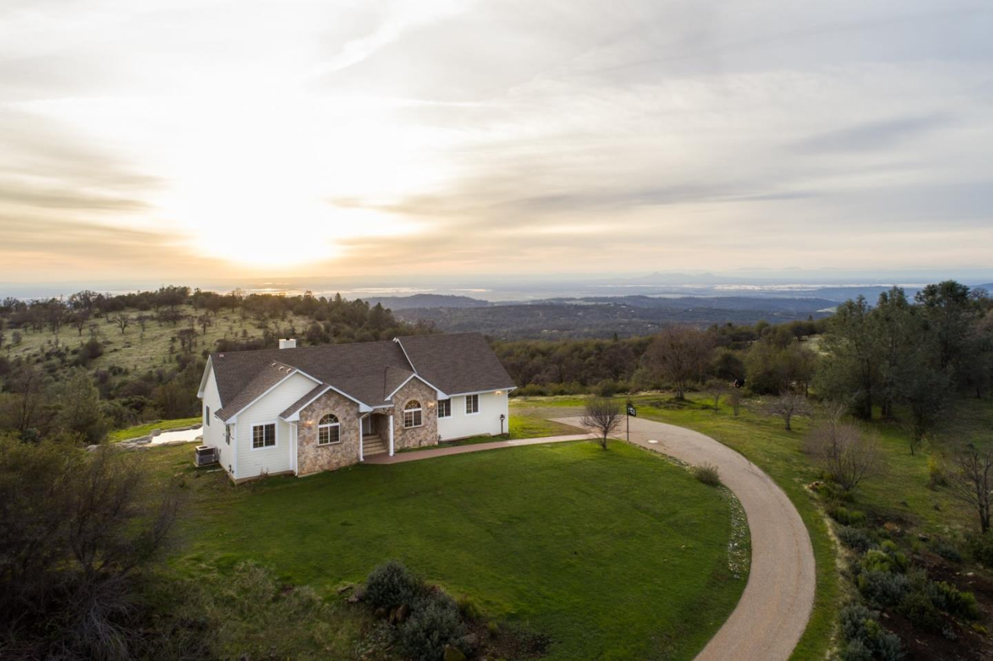 Single Family Home for Sale at 10850 Bell Road 10850 Bell Road Penn Valley, California 95946 United States