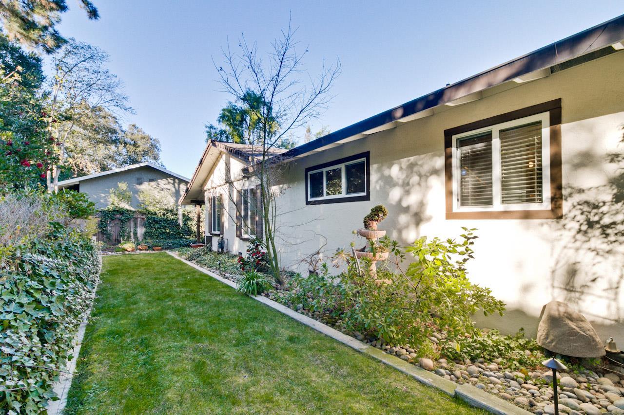 Частный односемейный дом для того Продажа на 10280 Stonydale Drive 10280 Stonydale Drive Cupertino, Калифорния 95014 Соединенные Штаты