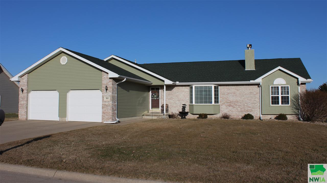 Property for sale at 944 Starview Dr, Hinton,  IA 51024