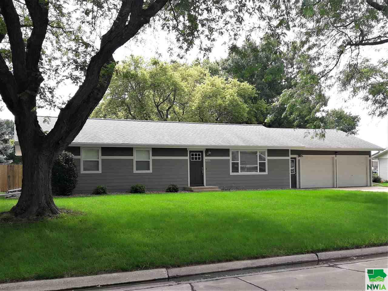 Property for sale at 605 Kentucky Ave Sw, Orange City,  IA 51041