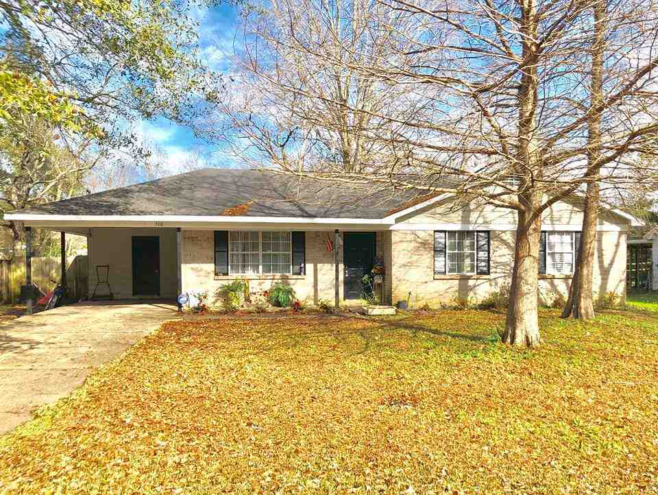 Reduced!!!!!!!! This home is located in the heart of Foley. It is within minutes of all Foley public schools and white sandy beaches. If you are looking for a great family home, then you have found it!!!
