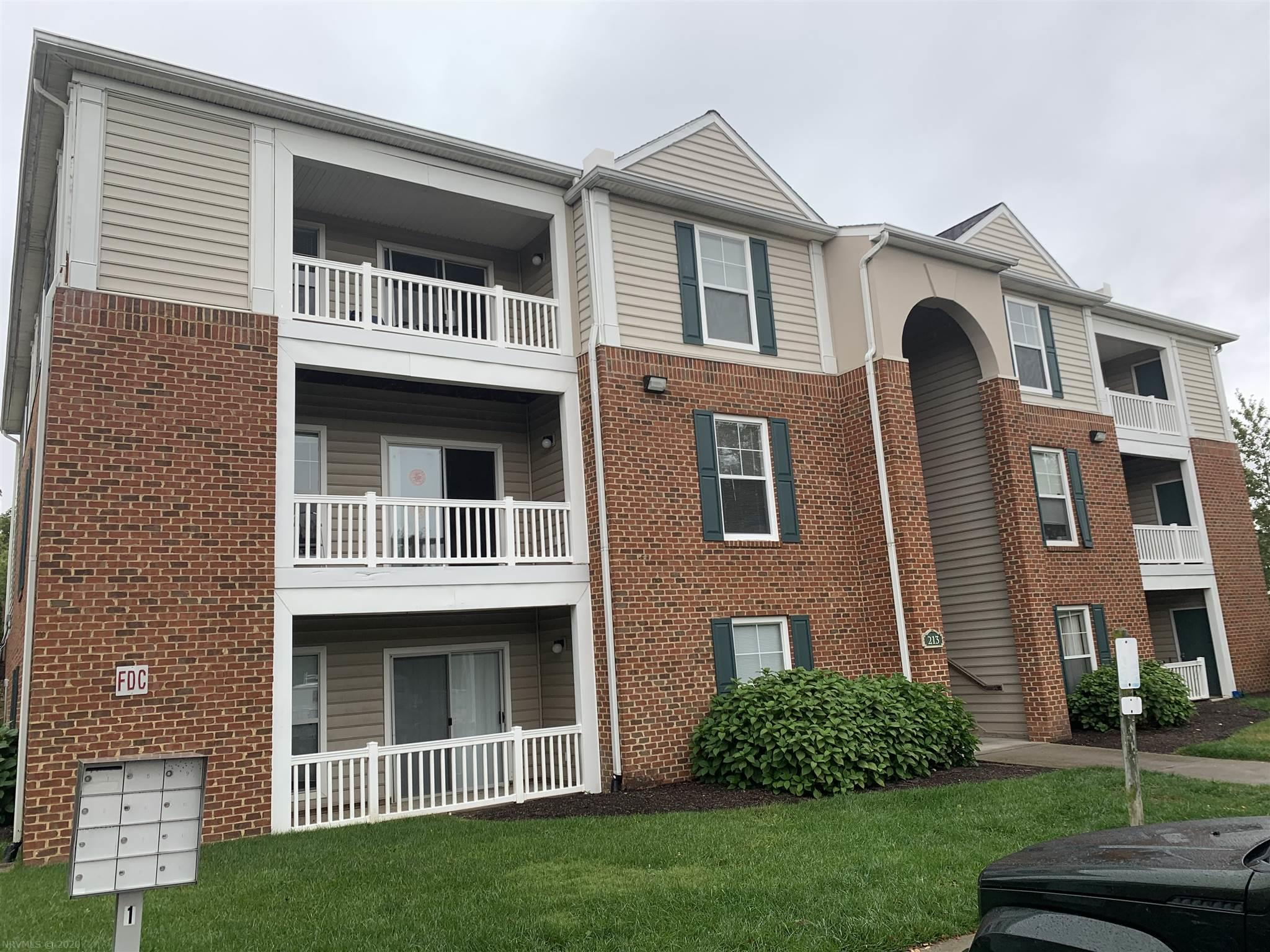 Highly desirable one bedroom one bathroom Knollwood condo in pristine condition being offered for the first time by the original developer. This unit is in very close proximity to the VT Corporate Research Center and across the street from VCOM. This is the opportunity you've been waiting for!  Currently leased through July 2021.