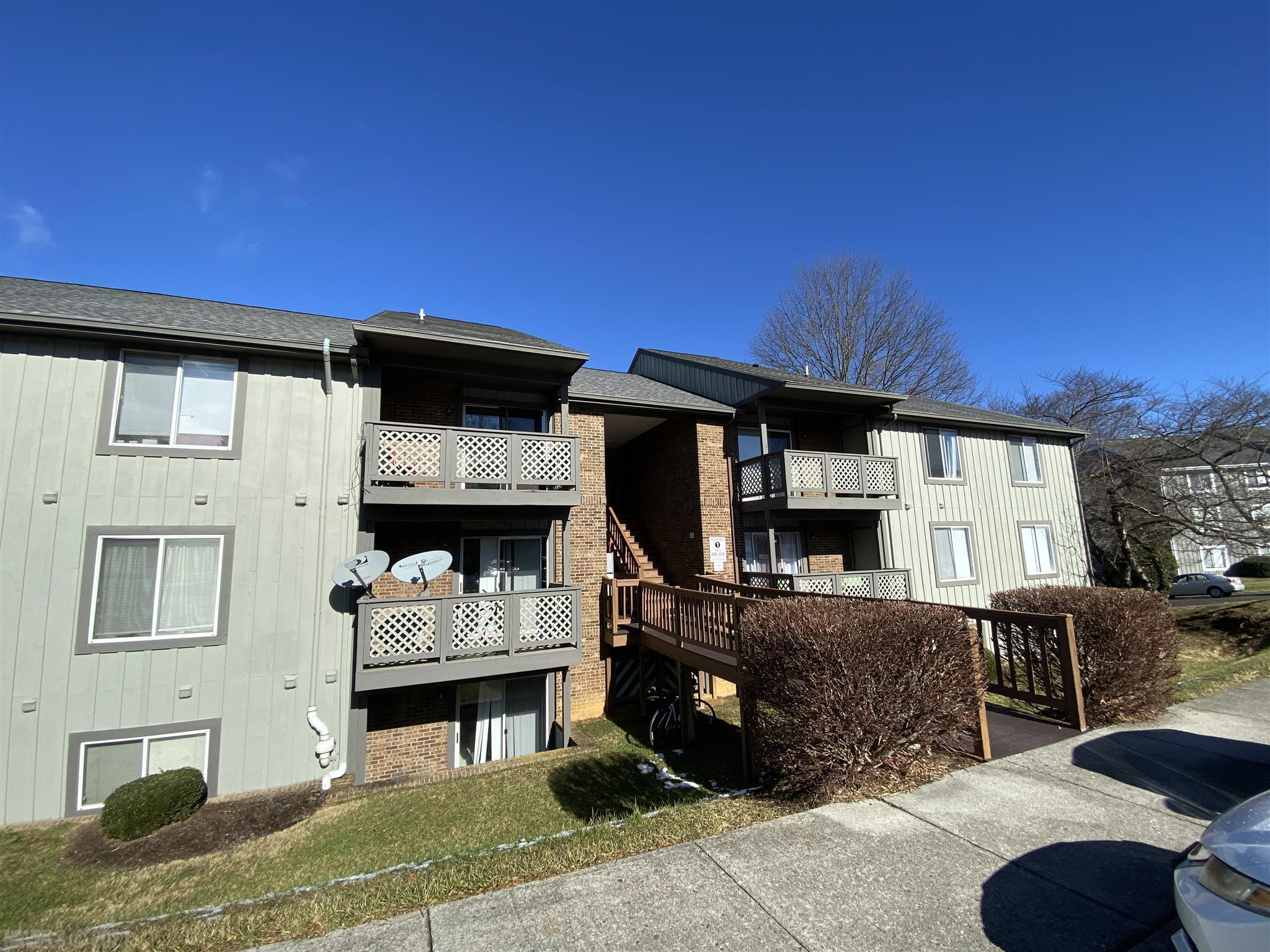 University Place condo! This is a first floor unit located on Claytor Square with three bedrooms and two bathrooms! Kitchen and living space is open to each other with a breakfast eat-in area. Conveniently located behind Kroger and within walking distance to the Virginia Tech Campus, over a dozen restaurants, the University Mall and surrounded by three BT bus stops.