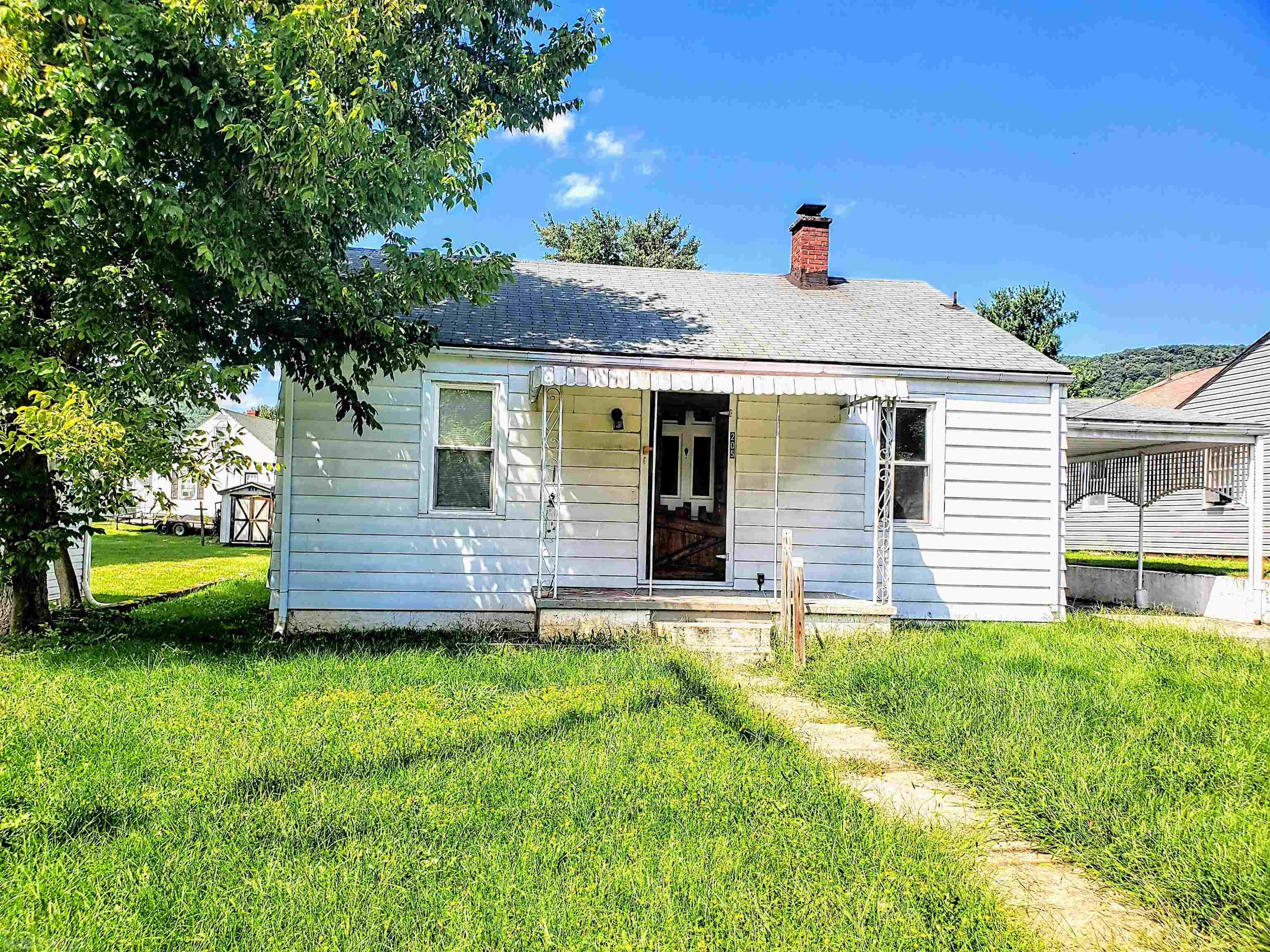 Only 20 minutes to Princeton and Interstate 77 and within walking distance to Narrows High School this spacious 2 bedroom 1 bath would make a wonderful investment opportunity or perfect for the first time home buyer.