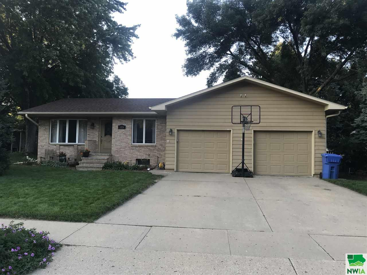 Property for sale at 1424 Crestview, Vermillion,  SD 57069