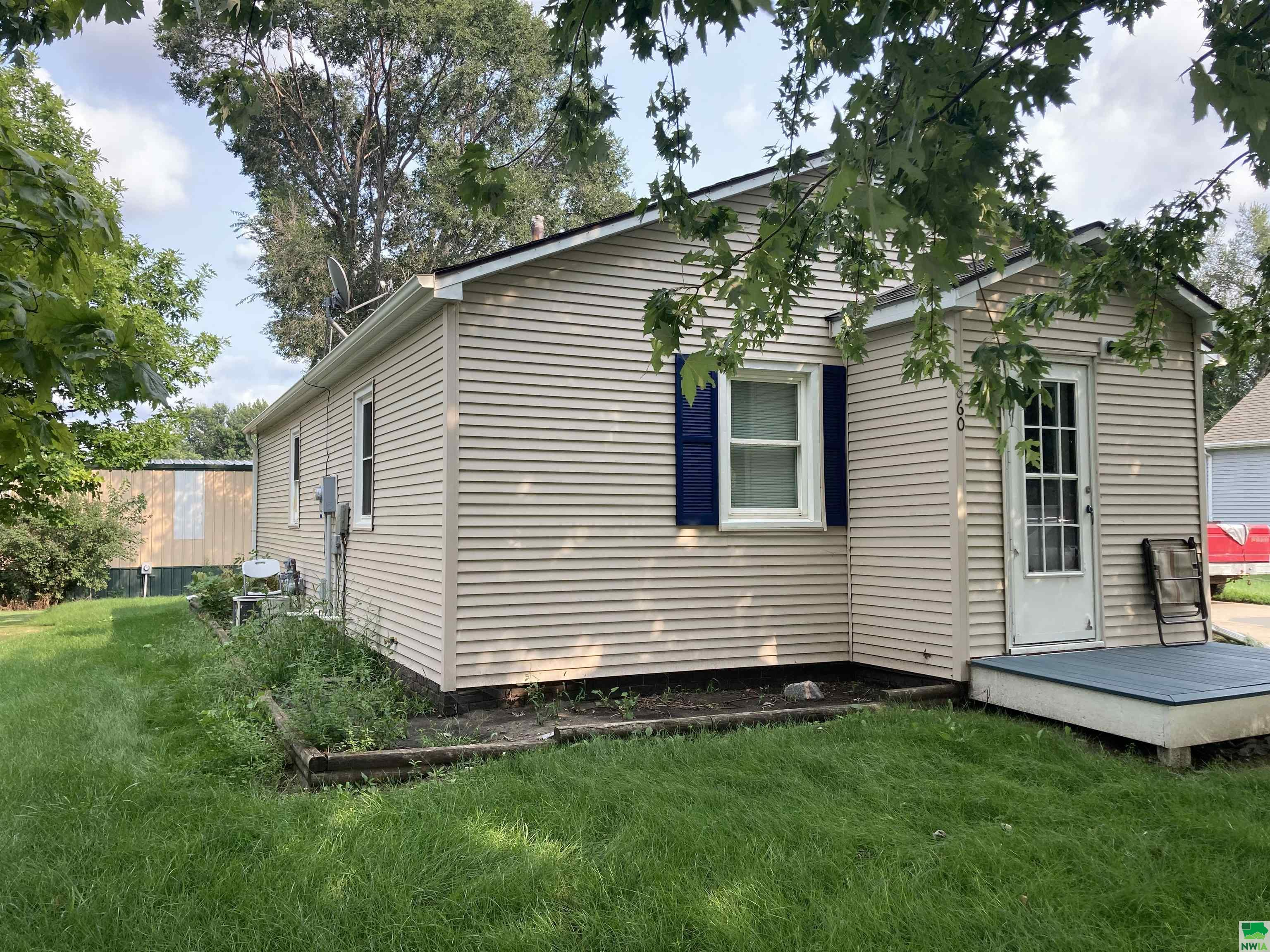 860 8TH AVE NW, Sioux Center, Iowa 51250-